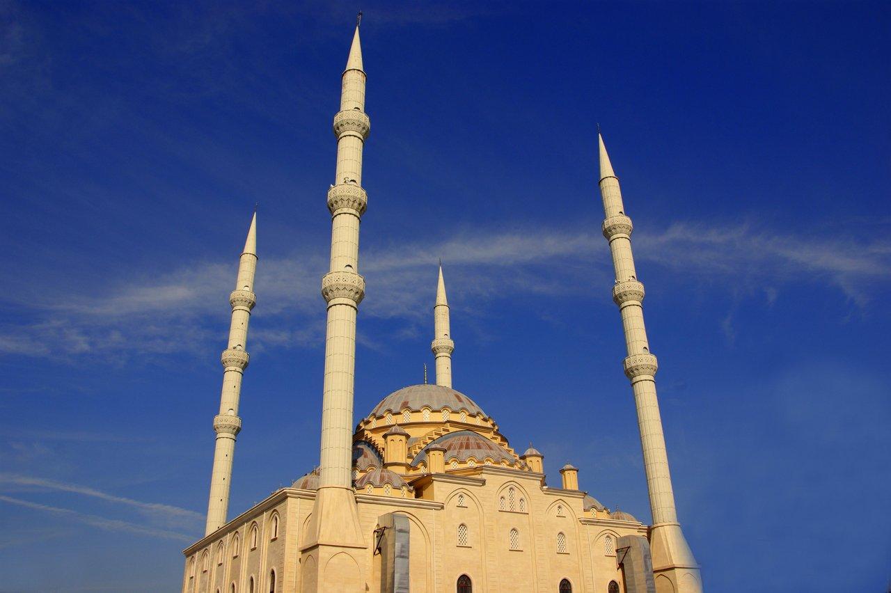 Eine Moschee im Sonnenlicht