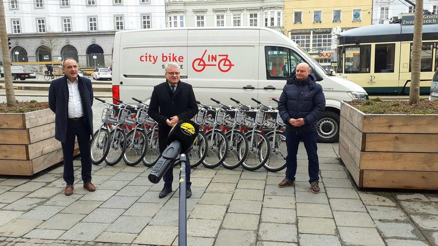 Citybike-Geschäftsführer Alfred Stadler, Bürgermeister Klaus Luger und Vizebürgermeister Markus Hein (v.l.) präsentieren das neue Leihrad-System für Linz - Bild: Life Radio - Daniel Kortschak