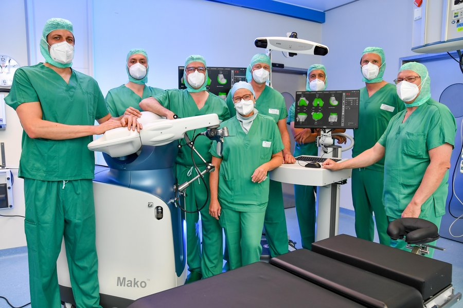 Orthopädie-Team des KUK mit Roboter MAKO