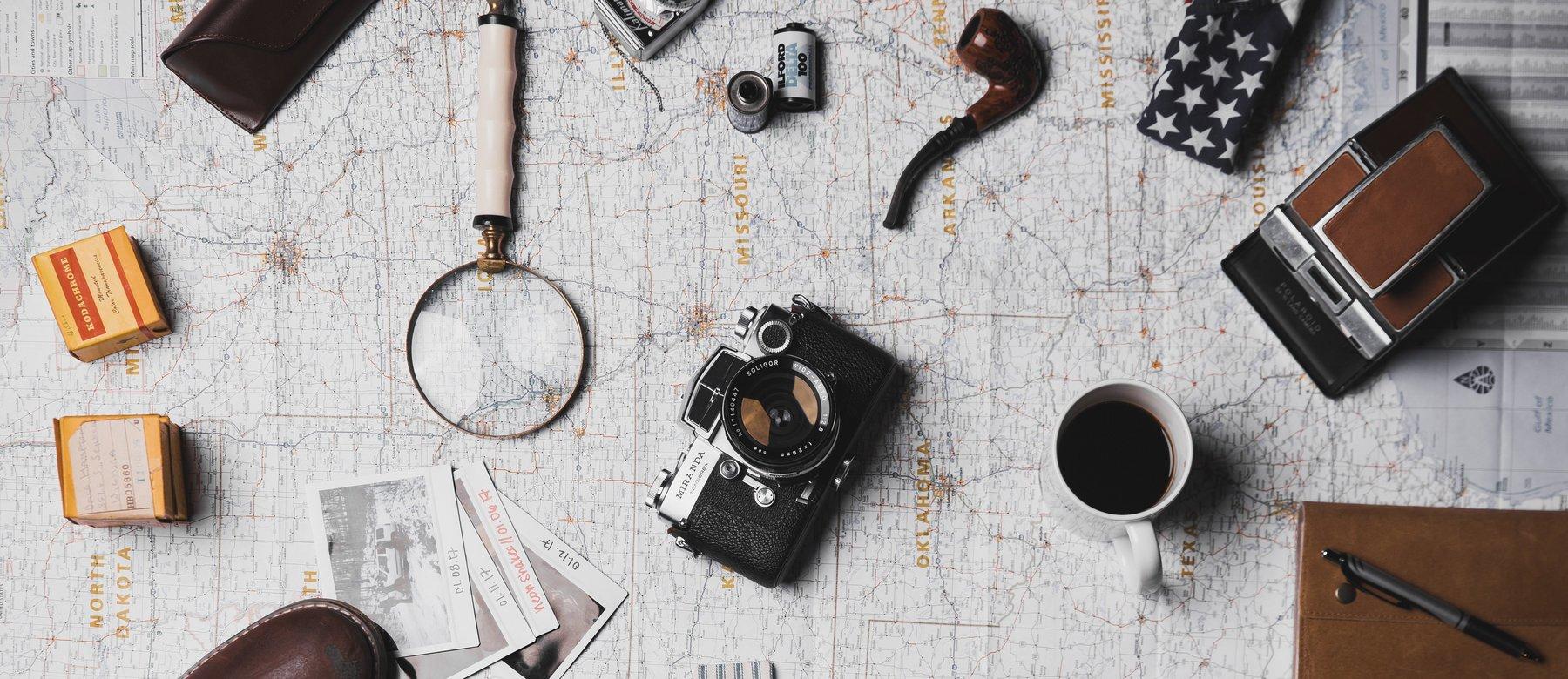 Karte, Kamera, Lupe, Schuhe, usw - alles bereit für ein Abenteuer